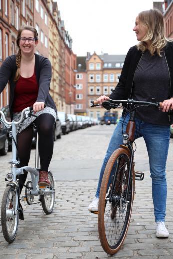 Redakteurin Mirjam (li.) und Mediaberaterin Gesa durften zwei Fahrräder von my Boo einen Tag lang Probe fahren