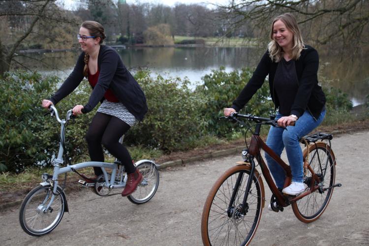 """Die Jungs von my Boo haben uns das wertvolle Bambusbike """"Alfram Alfine"""" (re.) und das praktische """"Brompton"""" Faltrad für 24 Stunden zur Verfügung gestellt. Genug Zeit, um uns ans Herz zu wachsen!"""