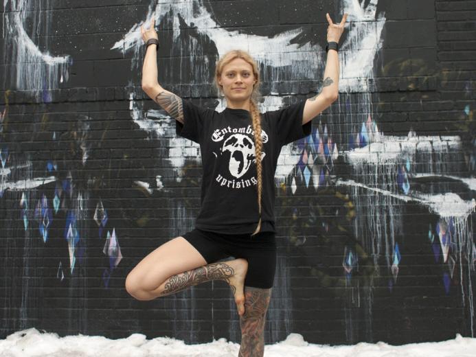 Saskia Thode hat mit Metal Yoga zwei ihrer Leidenschaften zusammengebracht...