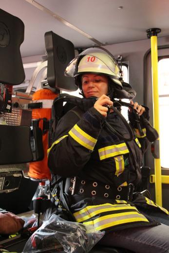Echtes Feuerwehr-Feeling. Bei einem Einsatz ist es oft hektisch und jeder Griff muss sitzen. Und das mit einer Ausrüstung, die gut 35 Kilogramm wiegt