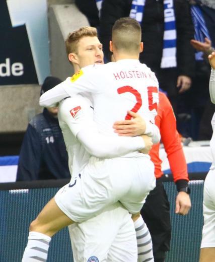 Alexander Mühling (li.)bejubelt mit Laszlo Bénesden Führungstrefferbeim 1. FC Magdeburg