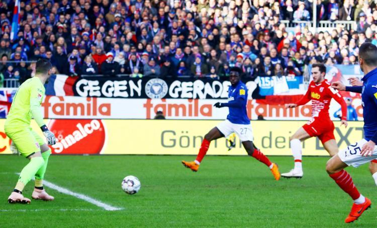 Kingsley Schindler (Mi.) erzielte beim 2:0-Sieg gegen Regensburg den ersten Kieler Treffer