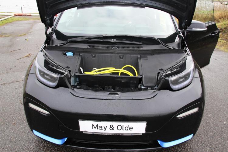 Kein Motor, kein Kofferraum: dafür warten Kabel zum Aufladen unter der Motorhaube des i3s – doch ein wenig gewöhnungsbedürftig