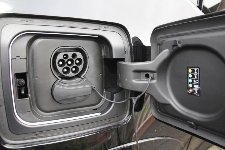 """Wo beim """"normalen"""" Auto der Kraftstoff eingefüllt wird, kommt beim Elektro-Auto der Stecker hinein – ob für den Hausstrom oder per Schnellladekabel"""