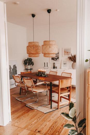 Dieser Esstisch ist ein beliebtes Motiv auf Ninas Instagram. Die großen Korblampen machen ihn unverwechselbar
