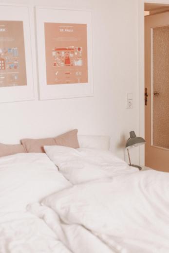 Auch im Schlafzimmer dürfen Bilder nicht fehlen. Hier sind es Prints, die Nina an ihre Zeit in Hamburg erinnern