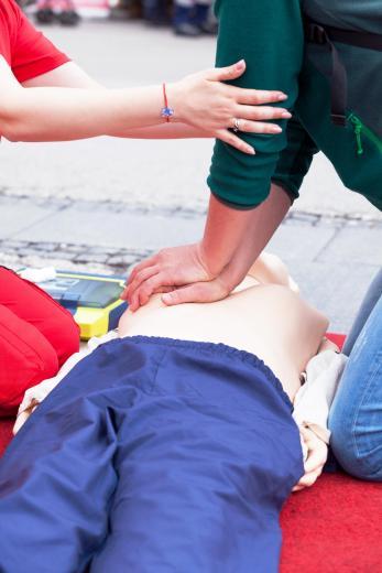 In der Not helfen können: Bei der Erste-Hilfe-Ausbildung lernt man, wie man sich in verschiedenen Notfallsituationen zu verhalten hat