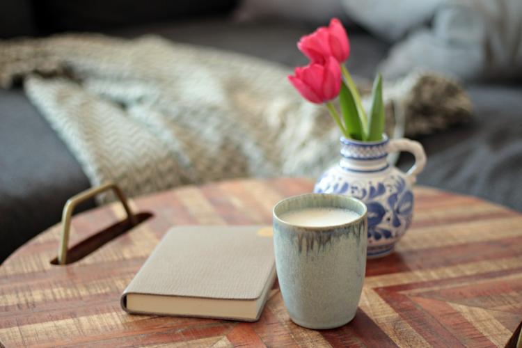 Mit einem guten Buch, einem leckeren Kaffee und der richtigen Einstellung können wir uns selbst etwas Gutes tun