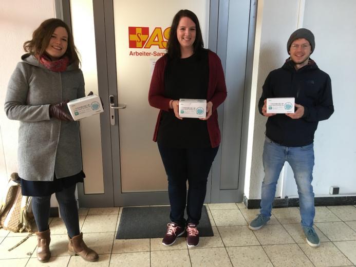 Luisa Düsedau und Klaus Reus übergeben 150 Atemschutzmasken an Julia Gronwald (Bildmitte) vom Arbeiter-Samariter-Bund (Bild: Forschungstaucherzentrum Kiel)